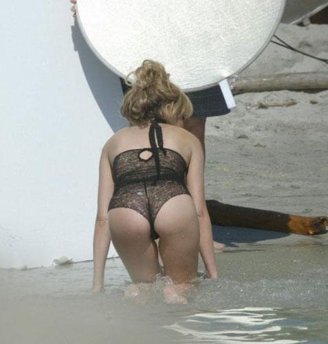 В пикантной позе на пляже