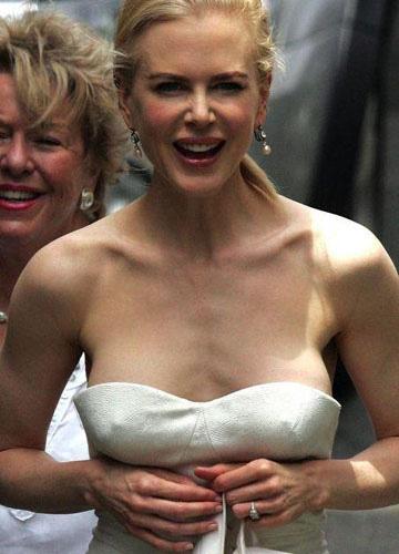 Выглядывающая грудь