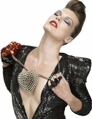 На фото Мила предстает женщиной в стиле глэм-рок.