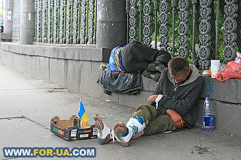 Картинки по запросу Шок: В Киеве на вокзале – сотни бомжей