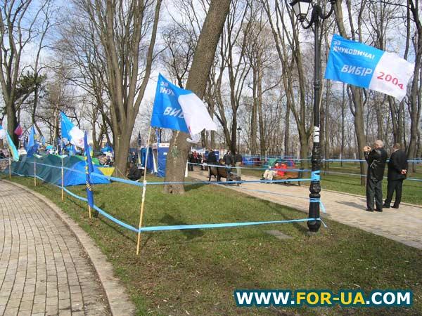 Палаточный городок в Мариинском парке.