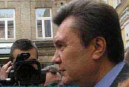 Fearing arrest Yanukovich stays abroad