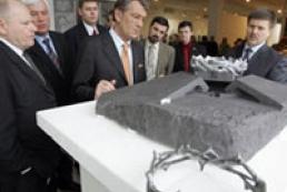 President sees famine memorial models