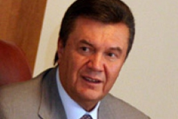 Yanukovych holding a meeting with Kwasniewski
