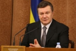 Yanukovych wants journalists to distinguish between black and white