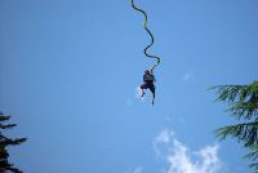 20 thrill-seekers celebrating Epiphany with bungee jumping
