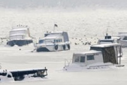 Barge with 11 Ukrainians onboard trapped in ice