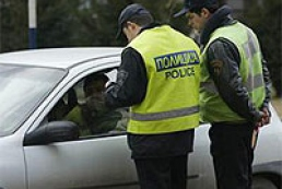 Drunken policeman hit the crowd on a crosswalk
