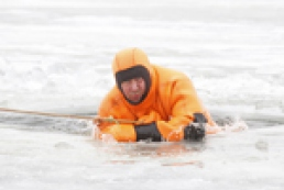 Mission possible: How not to drown in an ice-hole