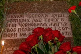 Ukrainian officials lay flowers to Heroes of Chernobyl monument
