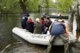 Flood in Chernihiv region: people boat