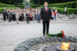 Yanukovych lays flowers at Tomb of Unknown Soldier