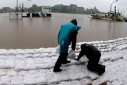 Thousands people evacuated following Elbe dam breach