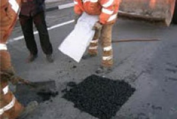 Patching roads not completed in six Ukrainian regions