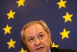EU urges Ukraine, Russia to respect international law