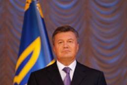 Yanukovych hoists national flag