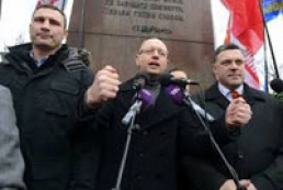 Opposition leaders arrive in Mykhailivska Square