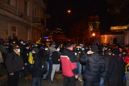 Number of protesters in Mykhailivska Square rises up to ten thousands