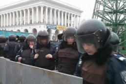 Protesters demolish fences installed in Maidan Nezalezhnosti