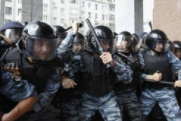 Berkut officers push back protesters from Bankova Street