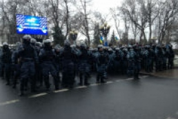 Protesters in Khreshchatyk line up in front of militaries