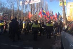 Column of protesters blocks traffic in Kyiv center
