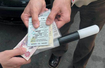 Сотрудникам ГАИ разрешили снимать водителей-взяточников на камеру