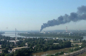 В Киеве горит склад с древесиной