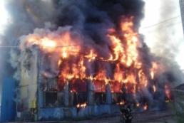 В Киеве потушили склады с древесиной и лакокрасочными изделиями