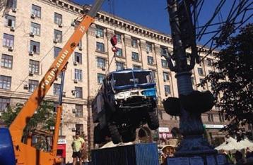 На Майдане начали убирать баррикады