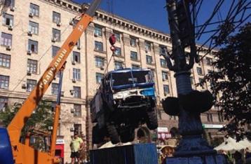 На Майдані почали прибирати барикади