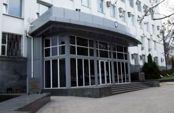 В Донецке возле здания СБУ идет артобстрел
