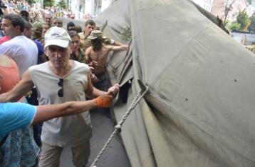 На Майдане люди в масках снесли две палатки