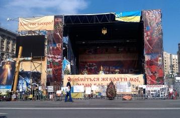 На Майдане коммунальщики разбирают сцену
