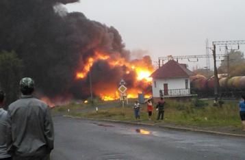 В Черкасской области сошел с рельсов товарняк, горят цистерны с нефтепродуктами