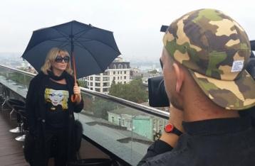 Билык собрала своих друзей на крыше, чтобы презентовать новый альбом