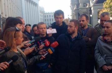 Журналісти, які зібралися біля стін Адміністрації Президента, протестували проти тиску на пресу