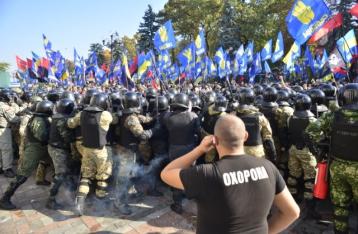 В результате столкновений у Рады пострадали 15 силовиков, задержано 50 митингующих