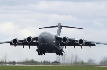 Первый самолет с военной помощью от Канады вылетел в Украину