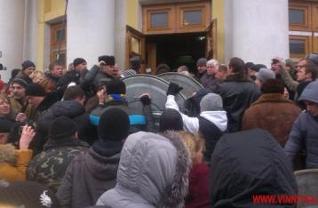 СМИ: В Виннице активисты штурмовали облсовет