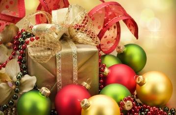 Украинцы надеются найти под елкой сувениры и книги, а сами будут дарить одежду, косметику и сладости