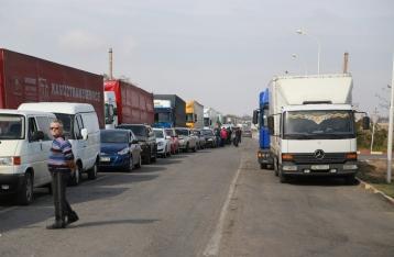 Украина возобновила движение легкового транспорта на границе с Крымом