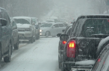 Из-за снегопадов на юге Украины закрыто движение на автодорогах