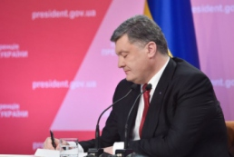 Порошенко підписав Закон про відмову від позаблокового статусу України