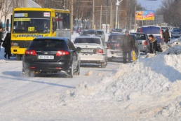 Через снігопади обмежено рух транспорту на дорогах у шести областях