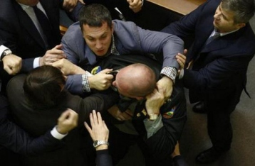 Из-за очередной драки в зале Гройсман досрочно закрыл Раду