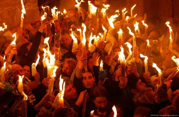 В Иерусалиме зажегся благодатный огонь