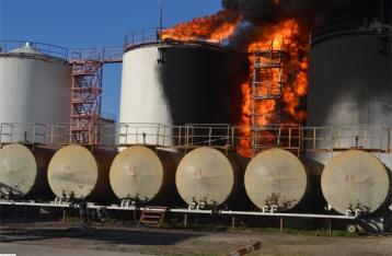 На нефтебазе под Киевом горят 16 резервуаров