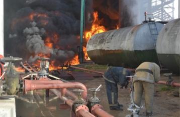 Началась эвакуация людей, проживающих неподалеку от горящей нефтебазы
