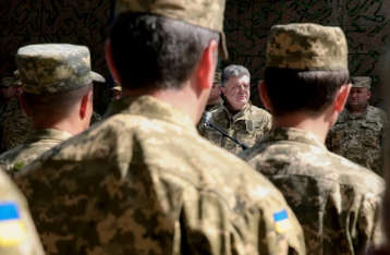 Порошенко: Ситуация на Донбассе остается напряженной